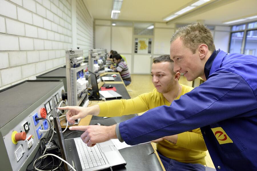 Ausbildungssitution im Beruf Informationselektroniker