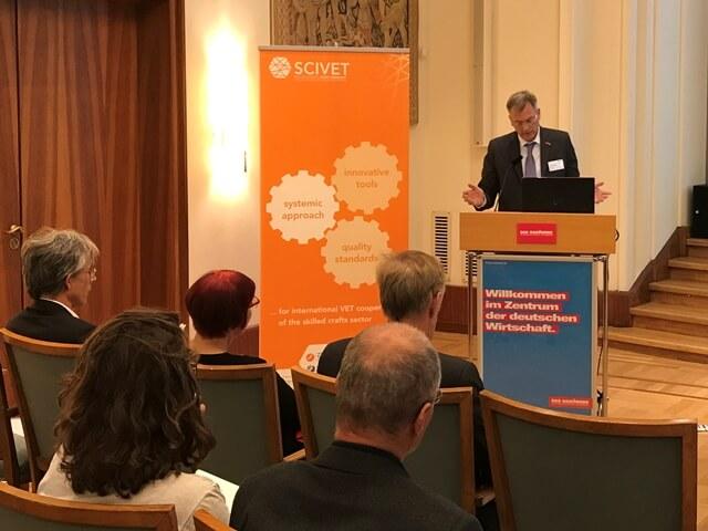 Dirk Palige, ZDH, begrüßt die Teilnehmer der Fachtagung.