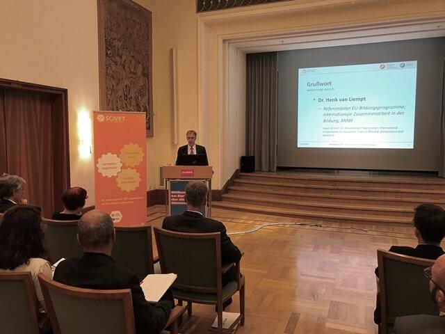 Dr. Henk van Liempt, BMBF, begrüßt die Teilnehmer der Fachtagung