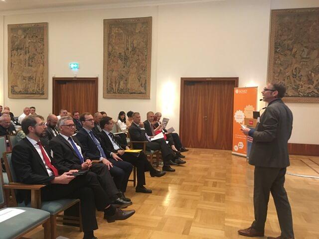 Moderator Claus-Bernhard Pakleppa führt durch den Tag.