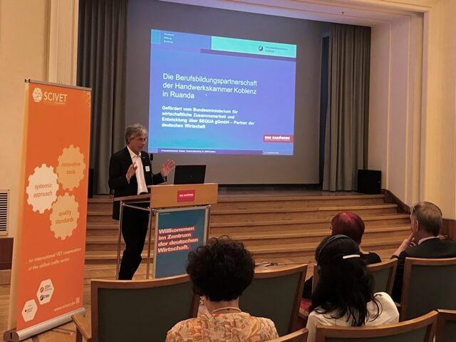 Stefan Gustav, HWK Koblenz, stellt die Berufsbildungspartnerschaft in Ruanda vor.