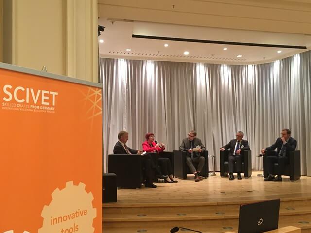 Podiumsdiskussion mit Dr. Henk van Liempt (BMBF), Dr. Evelina Parvanova (HWK Koblenz), Claus-Bernhard Pakleppa (Moderation), Bernd Mahrin (TU Berlin) und Sebastian Knobloch (ZWH)