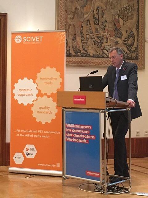 Herr Dirk Palige, ZDH, erläutert, warum das Handwerk sich in der internationalen Berufsbildungszusammenarbeit engagiert