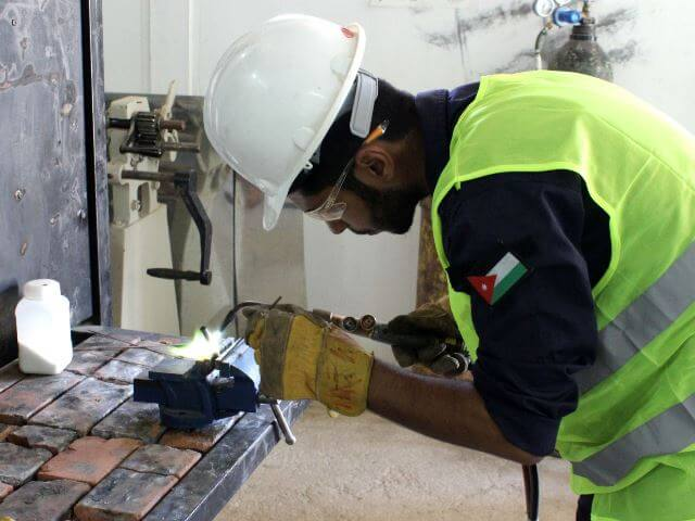 Ein Auszubildender in Jordanien übt das Schweißen