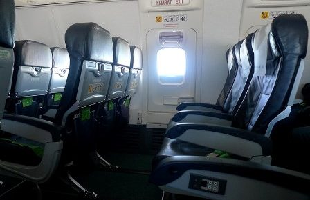 Das Bild zeigt das menschenleere Innere eines Passagierflugzeugs.