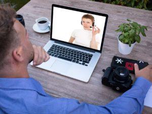 Das Bild veranschaulicht Kommunikation und Beratung über Videokonferenz.