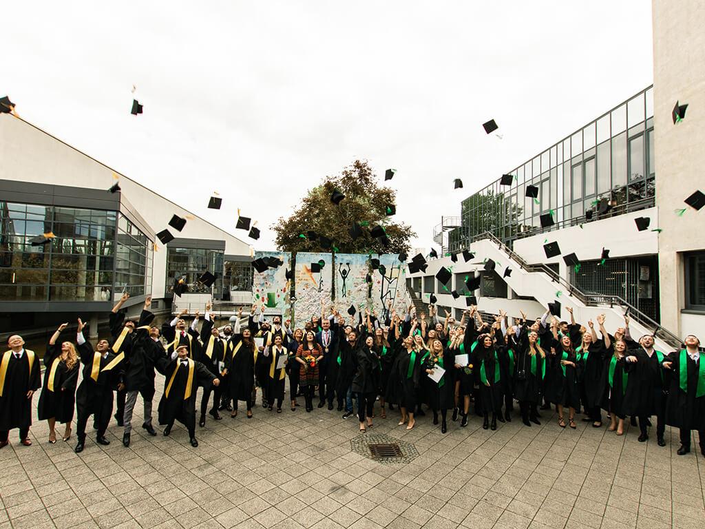 Hochschulabsolventen feiern den Abschluss
